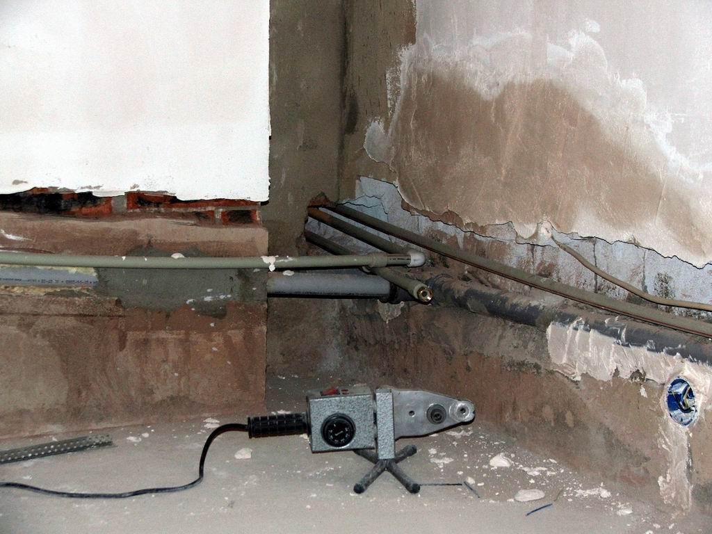 Как найти трубу в стене своими руками