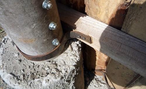 Часть асбестовой трубы, находящаяся в земле, практически не подвержена коррозии и гниению